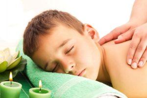 come adattare il massaggio infantile alle diverse fasi di crescita del tuo bambino